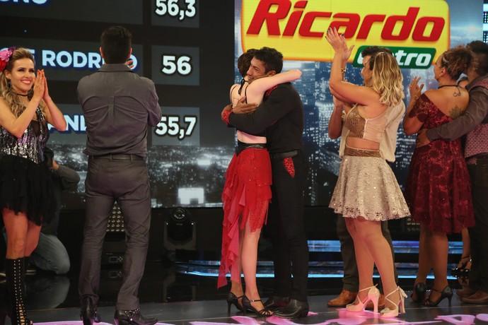Sophia Abrahão comemora o resultado com seu professor (Foto: Carol Caminha/Gshow)