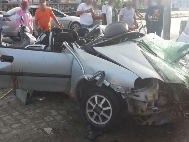 Veículo ficou destruído após acidente (Foto: Divulgação/PRF)