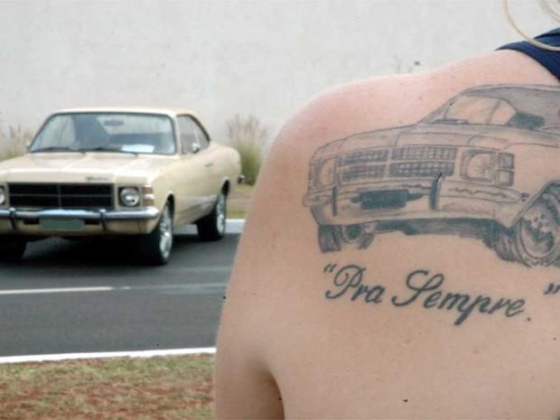 Mariza de Bone, a Joice do Opala, e sua tatuagem homenageando o carro dela (Foto: Mariza de Bone/Divulgação)