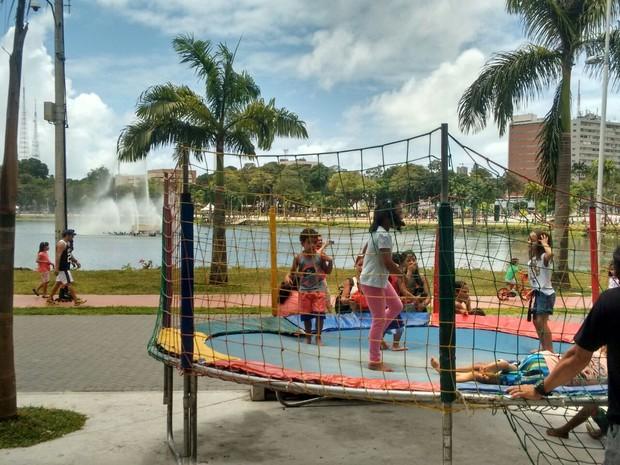 Crianças aproveitam programação na Lagoa do Parque Solon de Lucena, em João Pessoa (Foto: André Resende/G1)