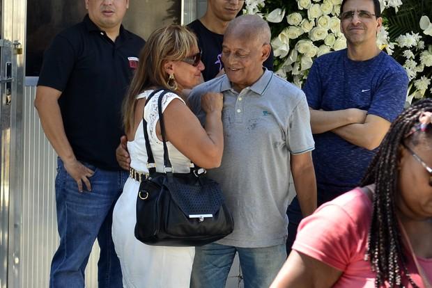 Ronaldo Correa, irmão do músico Roberto Correa, do Golden Boys, vai ao enterrado do artista no Rio (Foto: Roberto Teixiera/ Ego)