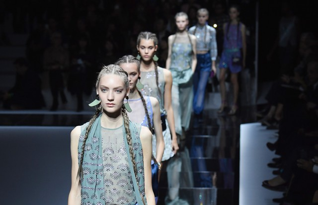 PARIS, FRANCE - OCTOBER 03:  Models walk the runway during the Emporio Armani show as part of the Paris Fashion Week Womenswear Spring/Summer 2017  on October 3, 2016 in Paris, France.  (Photo by Pascal Le Segretain/Getty Images) (Foto: Getty Images)