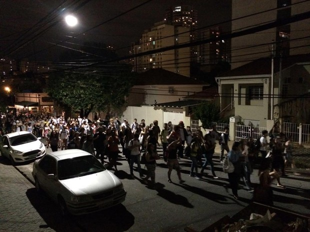 Após protesto no campus Monte Alegre, grupo desceu em direção à Avenida Francisco Matarazzo (Foto: Laura Lewer/G1)