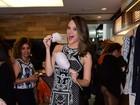Juliana Paiva foge da dieta e come algodão-doce em evento paulistano