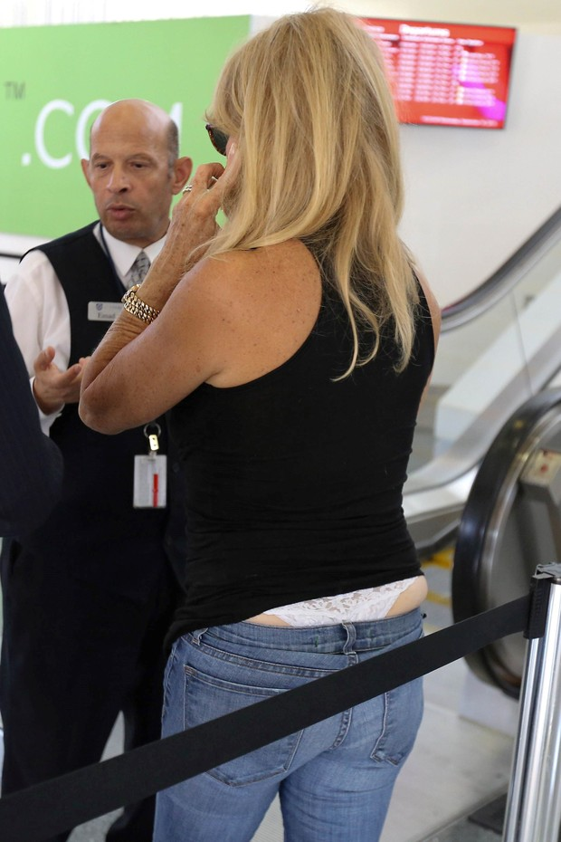 Goldie Hawn em aeroporto em Los Angeles, nos Estados Unidos (Foto: AKM-GSI/ Agência)