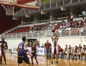 Victor Correia, do Joinville, foi o cestinha da partida com 32 pontos (Foto: Jackson Nessler / Divulgação)