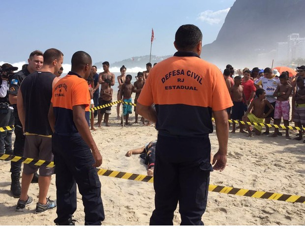 Corpos resgatados na praia de São Conrado (Foto: Kathia Mello/G1)