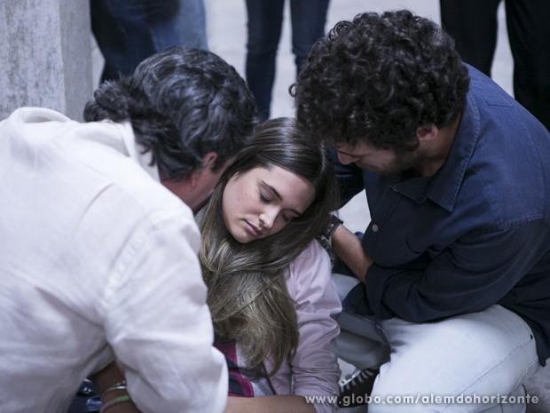 Lili finge desmaio para livrar a cara de William (Foto: Felipe Monteiro/TV Globo)