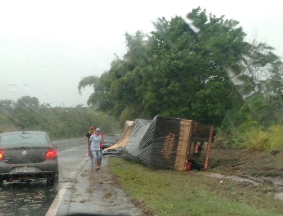 Carreta tombou em rodovia de Quintana e arrastou caminhonete (Foto: Arquivo Pessoal)