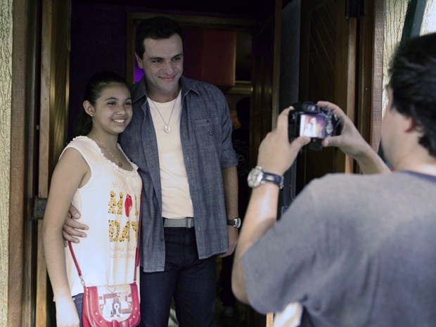 Rodrigo Lomardi fez questão de dar atenção aos fãs em gravação esta noite (Foto: Salve Jorge/TV Globo)