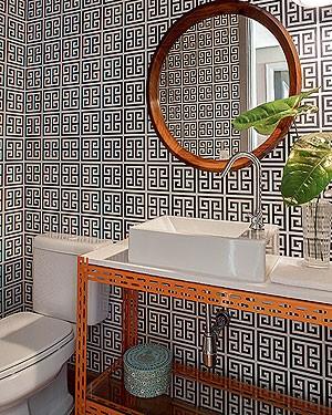 O papel geométrico deste banheiro foi resultado de uma viagem da moradora a Buenos Aires. Projeto do arquiteto Maurício Arruda (Foto: Victor Affaro/Editora Globo)