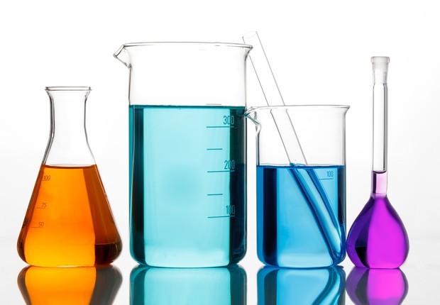Vidros de laboratório de química com líquidos coloridos (Foto: Thinkstock)