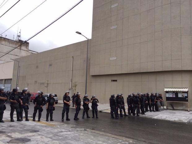 Batalhão de Choque isolou o prédio da secretaria (Foto: Káthia Mello / G1)