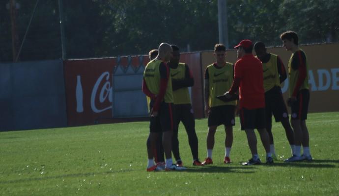 Argel orienta os jogadores que devem enfrentar o Santa Cruz (Foto: Tomás Hammes/GloboEsporte.com)