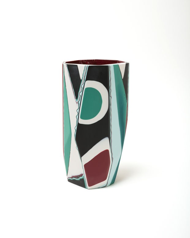 Vasos e móveis feitos de resina e muitas cores (Foto: divulgação)