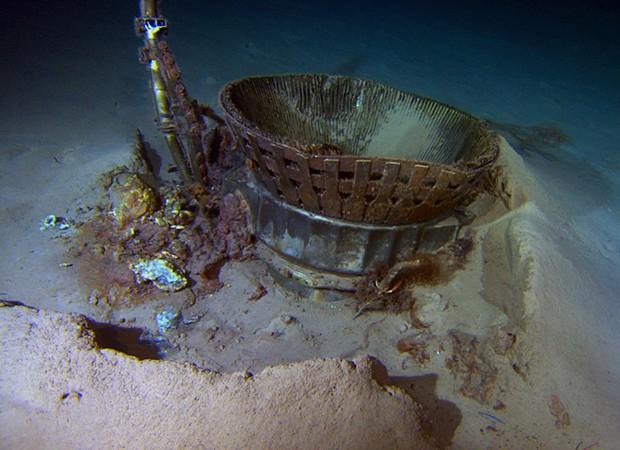 Peça de foguete que pertencia a uma das missões Apollo, encontrada fundo do oceano (Foto: Bezos Expeditions/AP)