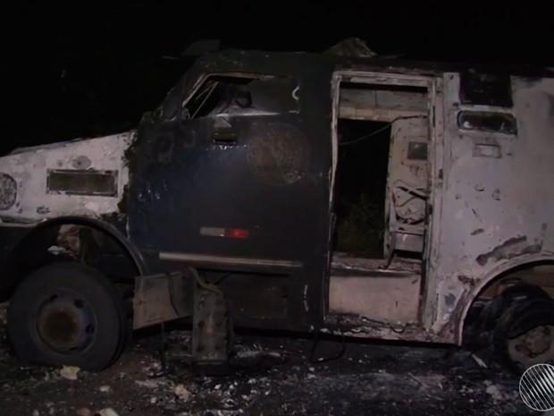 Carro-forte foi explodido por bandidos em Casa Nova, na Bahia (Foto: Reprodução / TV São Francisco)