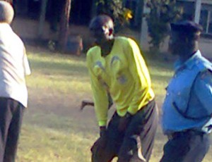 Árbitro Martin Wekesa Wamalwa alega que ficou impotente após lesão (Foto: Reprodução internet)