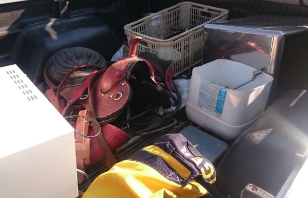 Grupo tentava levar eletrônicos e pertences de valor da residência Luziânia Goiás (Foto: Divulgação/Polícia Militar)