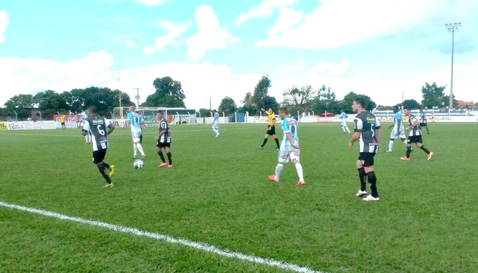 Lance entre Ivinhema e Corumbaense no estádio Saraivão (Foto: Diogo Nolasco/TV Morena)