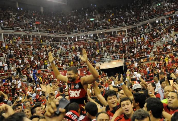 Olivinha é carregado pela torcida, que invadiu a quadra na Arena da Barra (Foto: Reprodução)