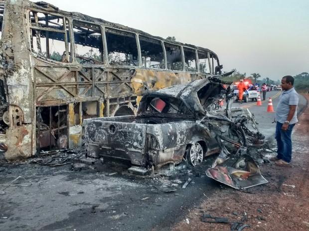 Ônibus e caminhonete pegaram fogo após o impacto (Foto: Divulgação/PM)