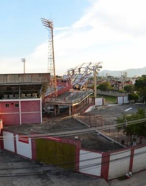 Veja uma imagem mais afastada dos danos causados ao Giulite Coutinho (Foto: André Durão/GloboEsporte.com)