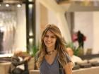 Com cabelos mais longos, Isabella Santoni é clicada em shopping