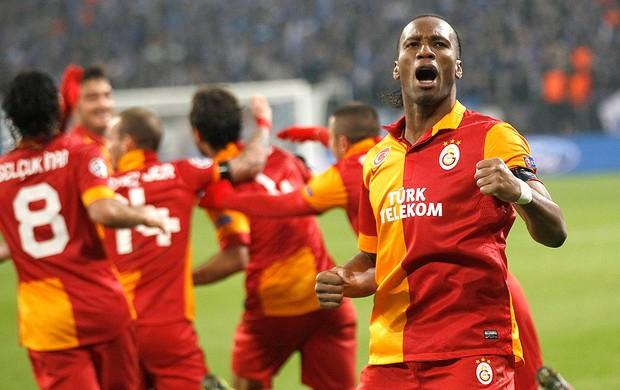 Drogba comemora gol na partida do Galatasaray contra o Schalke (Foto: Reuters)