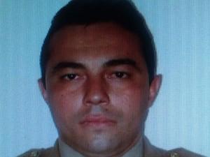 Soldado Hélio Costa Vieira está preso suspeito do triplo assassinato (Foto: Reprodução/TV Anhanguera)