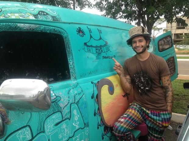 Chapeleiro foi recebido por artistas de circo em Taquaruçu, distrito de Palmas (Foto: Monique Almeida/G1)