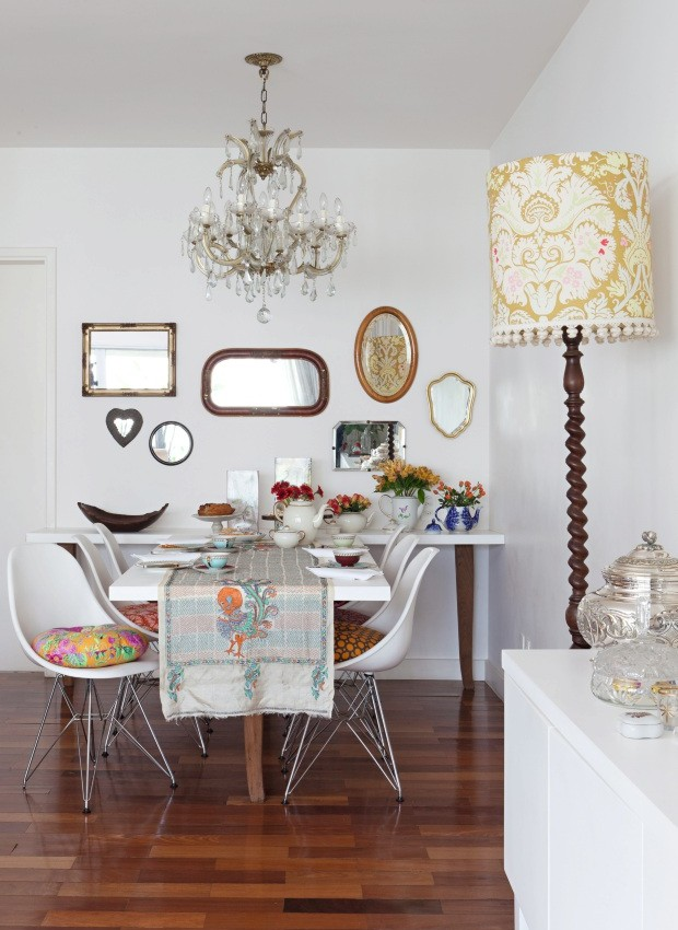 Composição de espelhos na parede (Foto: Lufe Gomes / Editora Globo)