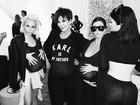 Kardashians usam barrigas falsas para homenagear Kim no aniversário dela