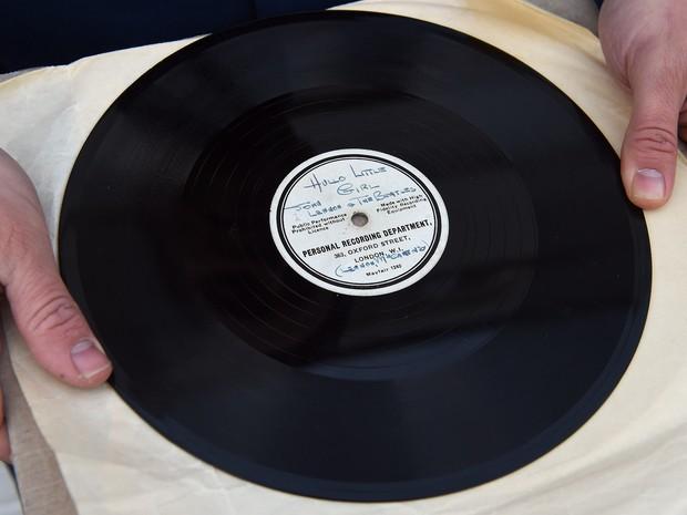 """Disco único de 78 rotações, com """"Hello Little Girl"""" em um lado e """"Till There Was You"""" no outro, dos Beatles (Foto: PAUL ELLIS/AFP)"""