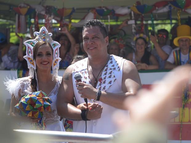 Foliões do Galo da Madrugada são testemunhas do casamento de Nonô Germano e Daniela Freire, que trocaram alianças em cima do trio elétrico. (Foto: Luka Santos / G1)
