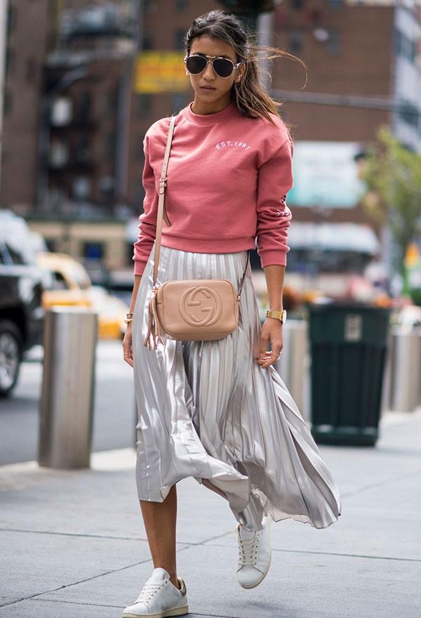 Resultado de imagem para saia plissada brilhante street style