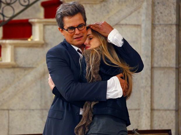 Felipe e Analú se abraçam emocionados (Foto: Guerra dos Sexos / TV Globo)