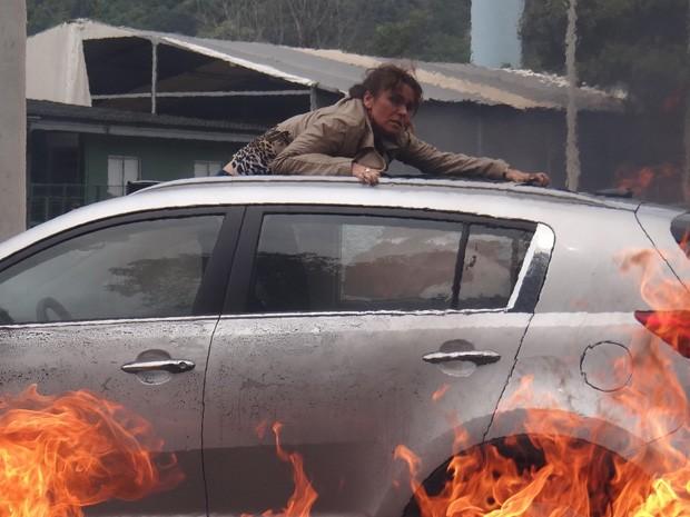 Helô tenta escapar do carro em chamas (Foto: Salve Jorge / TV Globo)