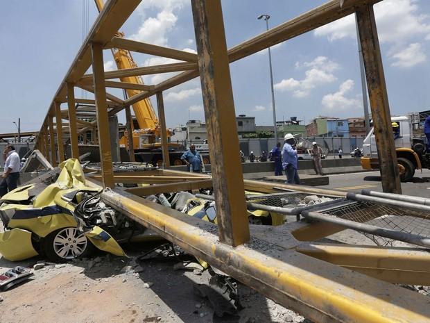 Passarela foi derrubada e bloqueou o trânsito nos dois sentidos, atingindo veículos que passavam pela Linha Amarela (Foto: Ricardo Moraes/Reuters)