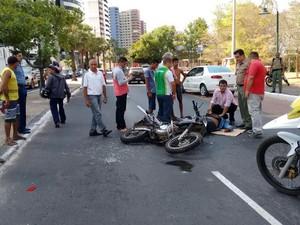 Policiais que passavam pelo local fizeram atendimento (Foto: Pedro Santiago/G1)
