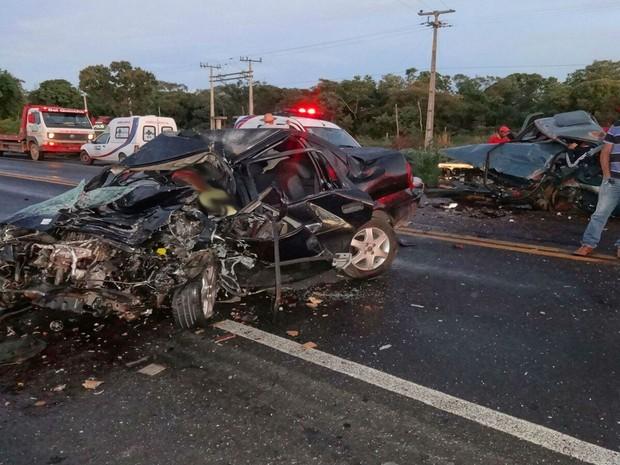 Acidente entre carro e caminhonete deixou quatro mortos na BR-242, região oeste da Bahia (Foto: Blog do Sigi Vilares)
