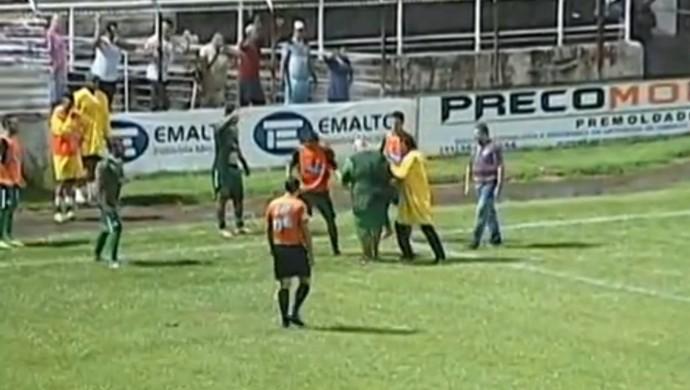 uberlândia social invasão massagista agressão hexagonal módulo 2 campeonato mineiro (Foto: Reprodução/ TV Integração)