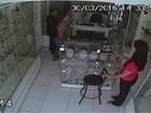 De terno e gravata, ladrão rouba joalheira junto com mulher; vídeo