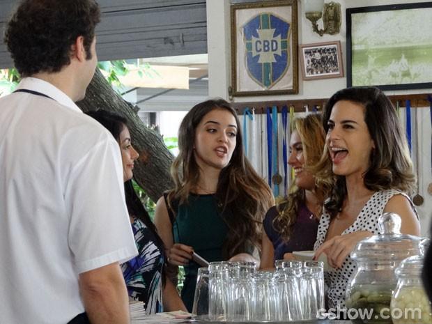 Luciana ficou toda animada! (Foto: Malhação/ TV Globo)