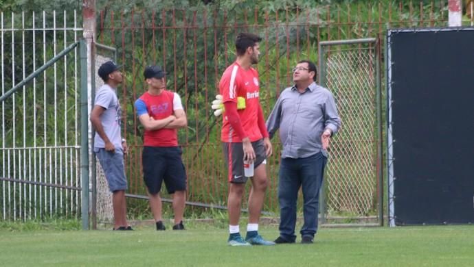 Goleiro Alisson conversa com Carlos Pellegrini em treino do Inter (Foto: Eduardo Deconto / GloboEsporte.com)