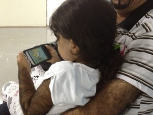 Antes da sessão, mudança no rosto da criança já era evidente (Foto: Fernanda Borges/G1)