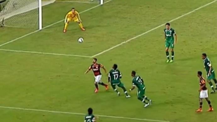 Eduardo da Silva, do Flamengo, dá um chapéu em duelo contra a Chapecoense (Foto: Reprodução SporTV)