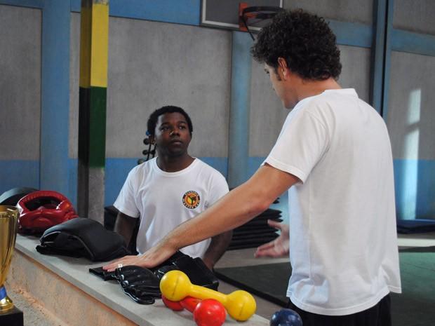 O menino mente diz que está tudo bem e pede perdão ao professor (Foto: Malhação / Tv Globo)