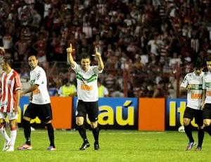 Leonardo comemora o segundo gol do Coritiba (Foto: Aldo Carneiro / Pernambuco Press)