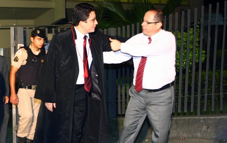 O advogado Ércio Quaresma cumprimenta o promotor Henry Wagner, após trocarem ofensas no plenário (Foto: Maurício Vieira/G1)